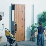 LIXIL、既設玄関開き戸を自動化=「ドアック」、施解錠と開閉をタッチレスに